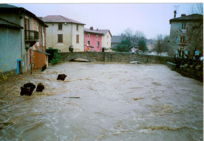 Le pont vieux à Brignais lors de la crue du Garon de décembre 2003.