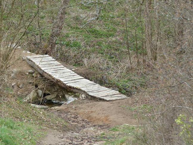 La passerelle permet aux randonneurs et aux vététistes de traverser le Furon.