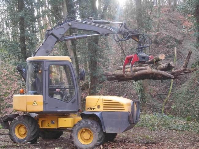 L'accessibilité du site a permis d'évacuer les grumes par tracteur, un gain de temps appréciable pour tenir les délais de ce chantier..