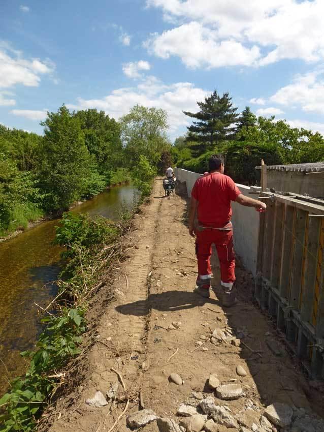 Construction d'un mur de protection sur la rive droite du Garon.