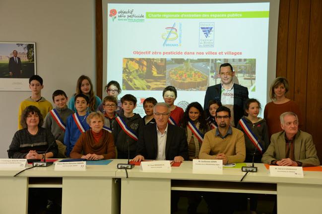 Paul Minssieux, maire de Brignais, entouré des enfants du Conseil Municipal des Jeunes, des représentants des 3 structures pilotant la charte (FRAPNA, CROPPP, FREDON) et du Vice-Président du SMAGGA chargé de la qualité de l'eau.