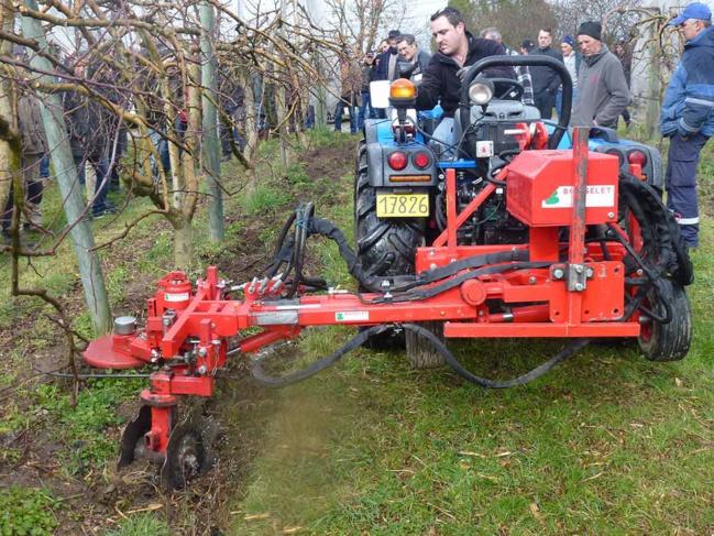 Placé à l'avant du tracteur, le porte outil permet une plus grande maniabilité.