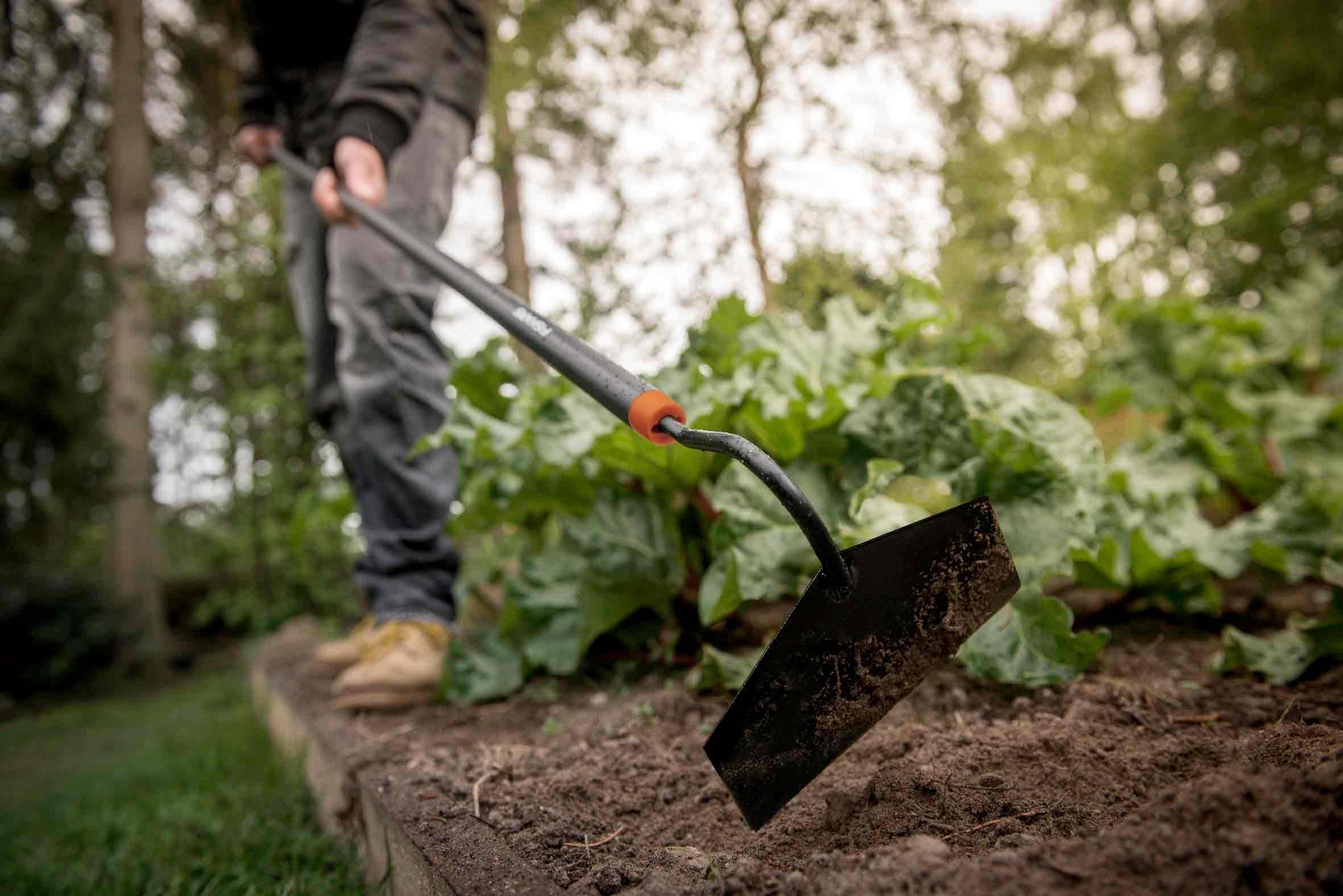 Pailler et travailler son sol permettent de réduire l'arrosage. Photo : Fiskars