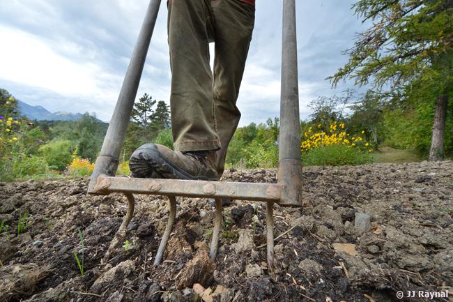 La grelinette est l'outil idéal pour aérer son sol sans le retourner.