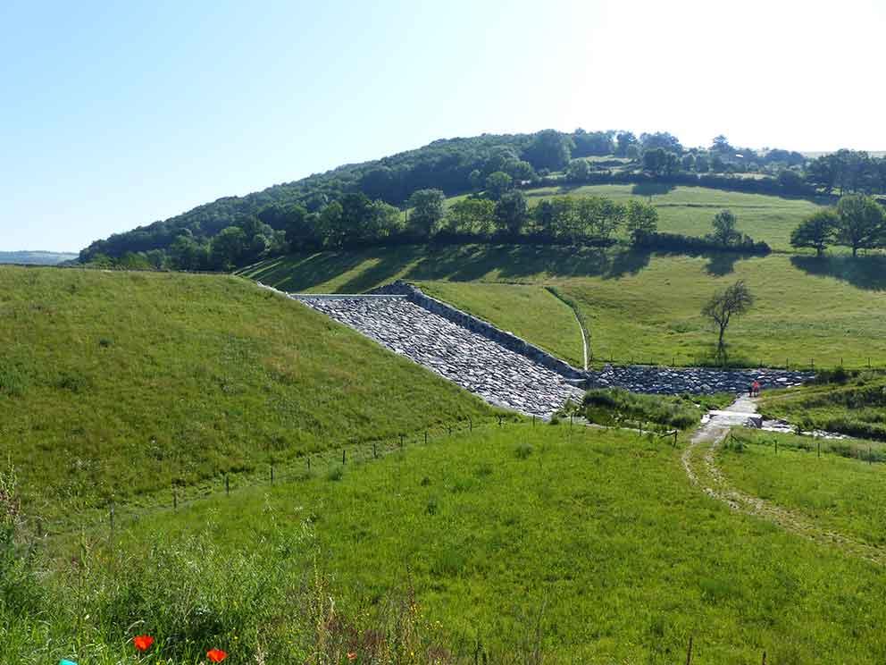 Exemple d'ouvrage écrêteur de crue sur la rivière Onzon à Sorbiers dans la Loire.