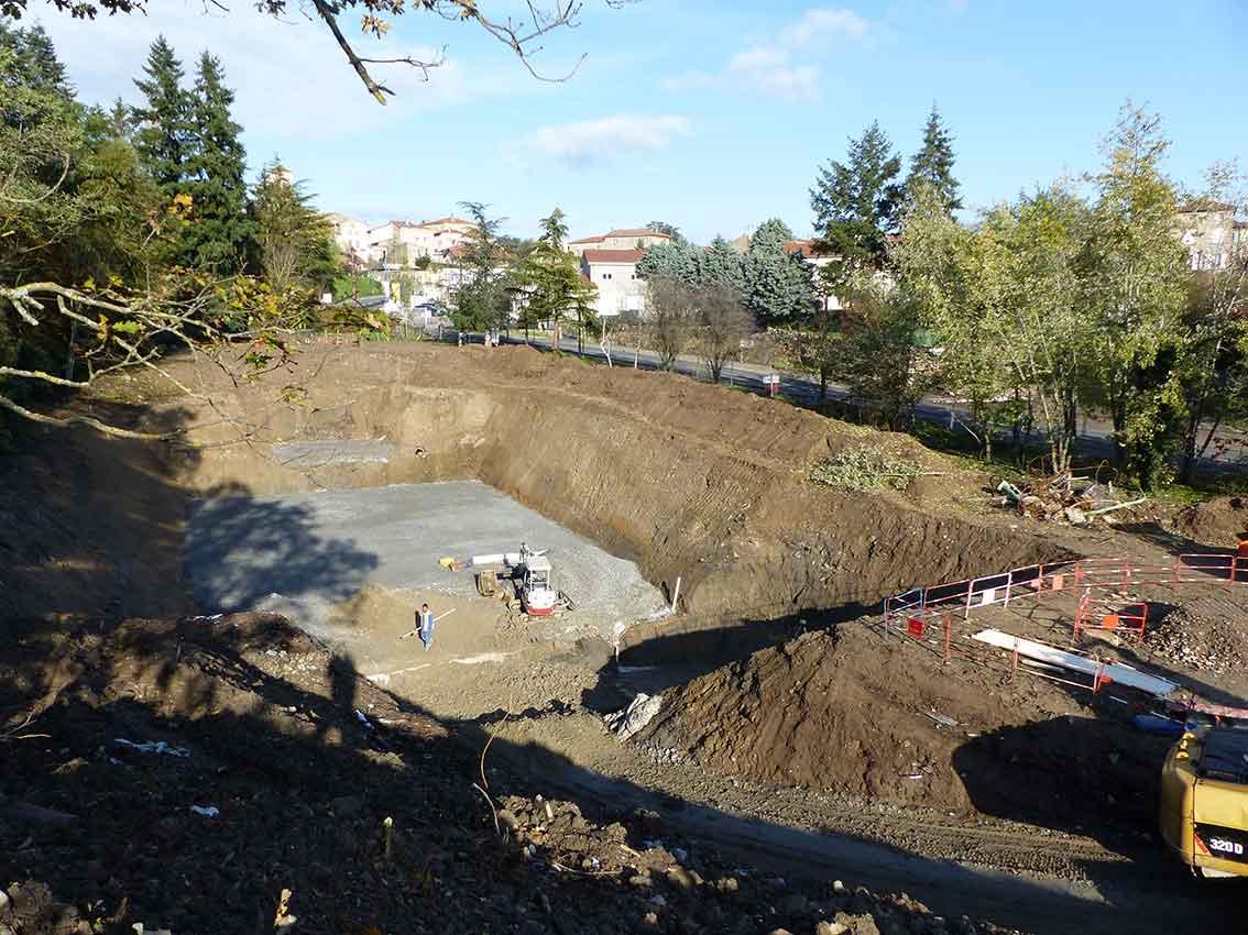La réalisation d'un bassin de stockage des eaux usées d'une capacité de 1 100 m3 est actuellement en cours au niveau de la route de Brignais à Soucieu-en-Jarrest.