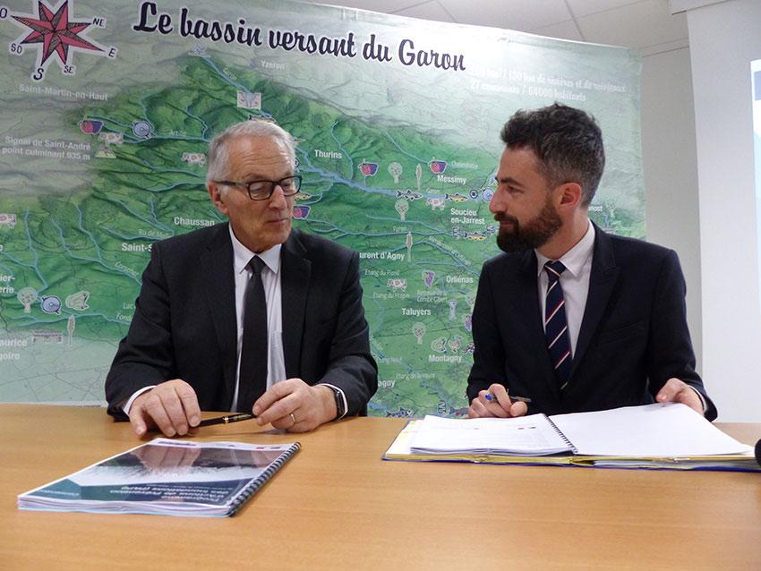 Paul Minssieux (SMAGGA) et Clément Vivès (préfecture du Rhône) ont signé le PAPI du Garon.