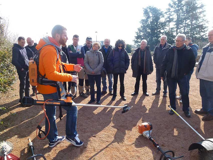 Présentation de matériel alternatif à l'usage de pesticides par la MFR de Sainte-Consorce.