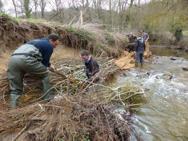 Le SMAGGA a fait appel à la MFR de Anse pour la stabilisation d'une berge sur le Garon à Brignais.