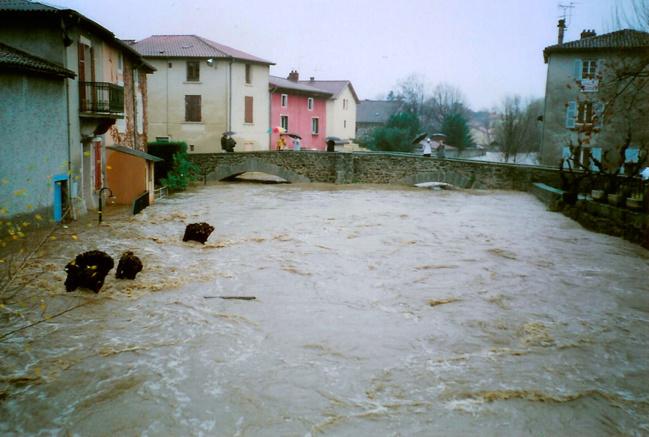 Le Garon à Brignais lors de la crue des 2 et 3 décembre 2003.