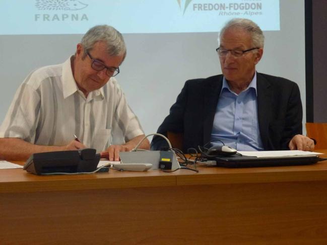 Serge Fages, Maire de Vourles et Paul Minssieux, Président du SMAGGA ont signé la charte zéro pesticide mardi 2 juin 2015.