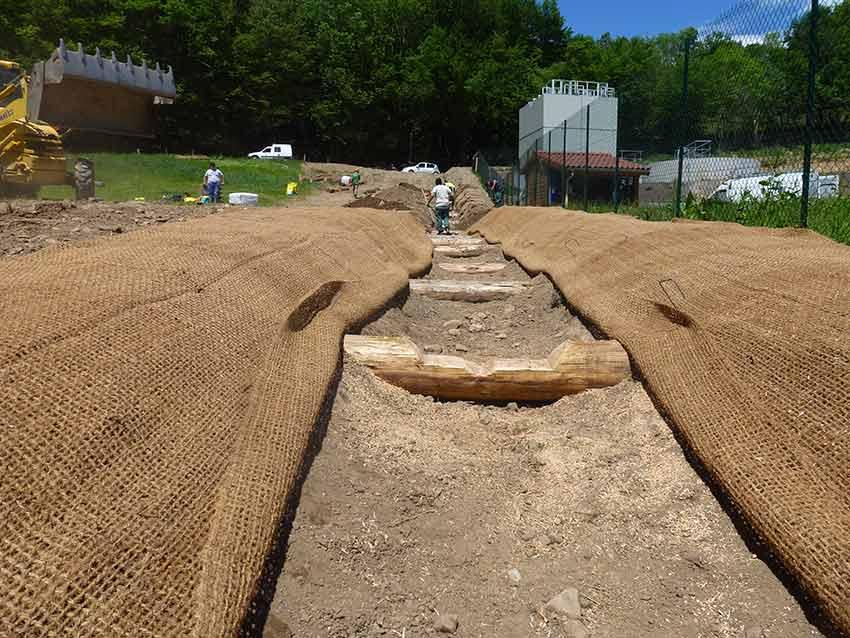 Le lit de la rivière a été stabilisé avec une vingtaine de seuils en rondins.