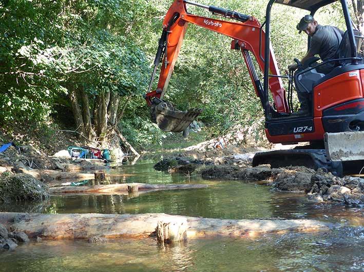 La pose de rondins permet de réduire le lit du cours d'eau afin d'améliorer les conditions d'accueil de la faune aquatique.
